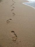 Pegadas na praia imagem de stock