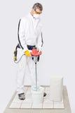 Pegamento del azulejo del cemento de la mezcla del trabajador Foto de archivo libre de regalías