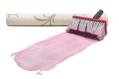 Pegamento del rosa del papel pintado del cepillo Foto de archivo libre de regalías