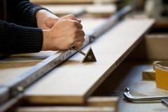 Pegamento que raspa de la tarjeta de madera fotografía de archivo libre de regalías