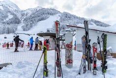 Pegan los esquís y a los tableros en la nieve Foto de archivo