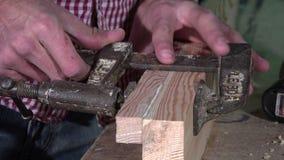 Pegando y afianzando a dos tableros con abrazadera de madera almacen de video