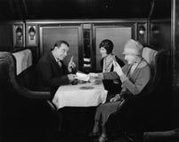 Pegarando a aba no carro de jantar do trem (todas as pessoas descritas não são umas vivas mais longo e nenhuma propriedade existe fotografia de stock royalty free