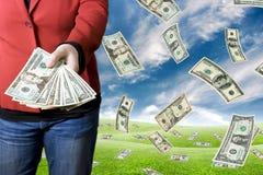 Pegarando o dinheiro Imagens de Stock