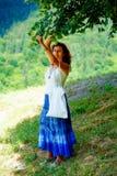 Pegarando os fowers bonitos da árvore de Linden no dia de verão brilhante Contato de olho Imagens de Stock Royalty Free