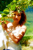 Pegarando os fowers bonitos da árvore de Linden no dia de verão brilhante Contato de olho Fotos de Stock
