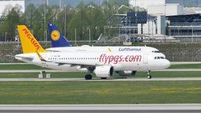 Pegasus en Lufthansa-vliegtuigen die taxi op baan doen stock video
