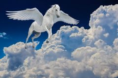 Pegasus påskyndade legendariskt flyg för vit häst med spridningvingar i molnig himmel royaltyfri fotografi