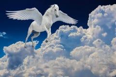 Pegasus voou o voo legendário do cavalo branco com as asas espalhadas no céu nebuloso fotografia de stock royalty free