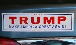 Pegatina para el parachoques en apoyo del candidato presidencial Donald Trump en la exhibición Fotos de archivo libres de regalías