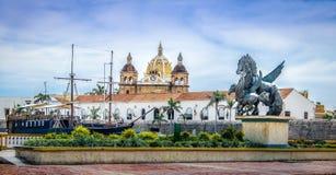 Pegaz statuy, San Pedro Claver kościelne kopuły i statek, - Cartagena De Indias, Kolumbia obraz royalty free