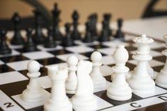Pegni di scacchi sulla scacchiera Fotografia Stock Libera da Diritti