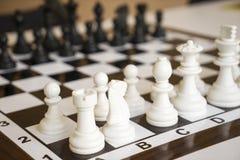 Pegni di scacchi sulla scacchiera Immagine Stock