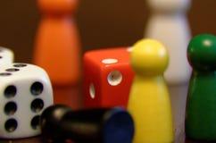 Pegni e dadi del gioco da tavolo immagine stock