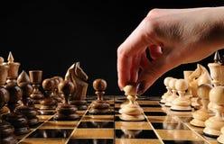 Pegno di movimento di scacchi della mano Fotografia Stock