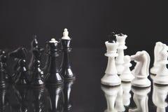 Pegno nero fra scacchi bianchi su fondo nero fotografie stock