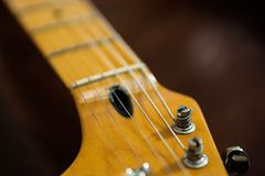 Pegs da guitarra no headstock da guitarra imagem de stock