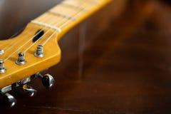 Pegs da guitarra no headstock da guitarra imagem de stock royalty free