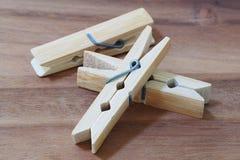 Pegs de madeira de pano no fundo de madeira Fotos de Stock