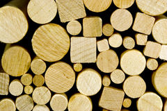 Pegs de madeira redondos & quadrados fotografia de stock royalty free