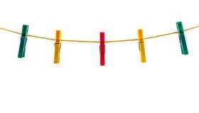 Pegs de roupa coloridos em uma corda Imagens de Stock Royalty Free
