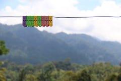 Pegs de roupa coloridos em uma linha Imagens de Stock Royalty Free