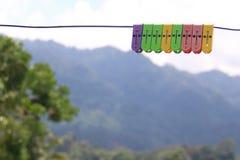 Pegs de roupa coloridos na linha Fotografia de Stock Royalty Free