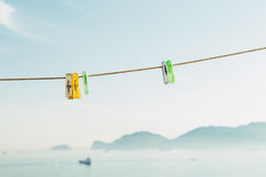 Pegs de roupa coloridos no céu azul Imagens de Stock