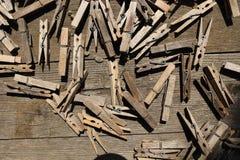 Pegs de roupa de madeira na tabela marrom fotografia de stock