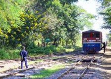 PEGU, MYANMAR - 16 novembre 2015: Il treno quotidiano che arriva alla t Fotografia Stock Libera da Diritti