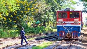 PEGU, MYANMAR - 16 novembre 2015: Treno che arriva ai treni di Pegu Fotografie Stock Libere da Diritti