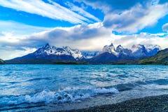 在湖Pehoe和山的波浪 免版税库存照片