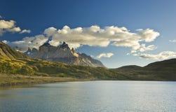 Pehoe del lago Torres del paine nella Patagonia con le pareti della roccia Fotografia Stock