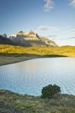 Pehoe del lago Torres del paine nella Patagonia con le pareti della roccia Fotografie Stock Libere da Diritti