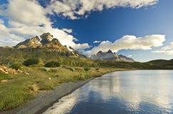 Pehoe del lago Torres del paine nella Patagonia con le pareti della roccia Immagine Stock