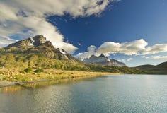 Pehoe del lago Torres del paine nella Patagonia con le pareti della roccia Immagini Stock