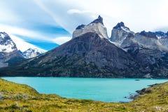 Pehoe See und Guernos-Berge gestalten, Nationalpark Torres Del Paine, Patagonia, Chile, Südamerika landschaftlich lizenzfreie stockfotografie