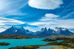 Pehoe sjö och Guernos berglandskap, nationalpark Torres del Paine, Patagonia, Chile, Sydamerika royaltyfri foto