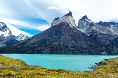 Pehoe sjö och Guernos berglandskap, nationalpark Torres del Paine, Patagonia, Chile, Sydamerika royaltyfri fotografi