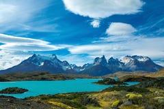 Pehoe sjö och härligt landskap för Guernos berg, nationalpark Torres del Paine, Patagonia, Chile i Sydamerika royaltyfri fotografi