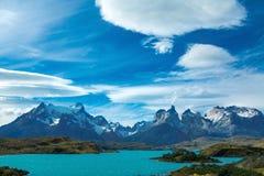 Pehoe sjö och härligt landskap för Guernos berg, nationalpark Torres del Paine, Patagonia, Chile i Sydamerika royaltyfria bilder