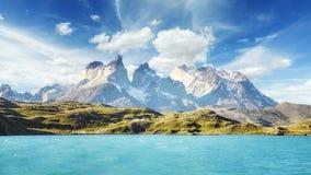 Pehoe sjö och Los Cuernos, Chile Arkivbild