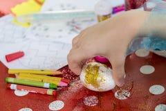 Peignant et décorant des oeufs de pâques Photos stock