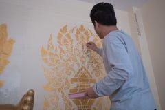 Peignant peindre attentivement les murs d'église admirablement image stock
