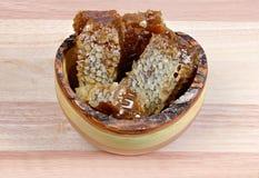 Peigne de miel dans une cuvette en bois Photographie stock