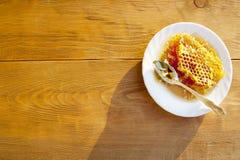 Peigne de miel sur une soucoupe blanche Images libres de droits