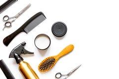 Peignes et outils de coiffeur sur la vue supérieure de fond blanc photographie stock