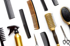 Peignes et outils de coiffeur sur la vue supérieure de fond blanc image libre de droits