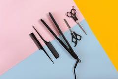 Peignes et outils de coiffeur sur la vue supérieure de fond de couleur Photographie stock libre de droits