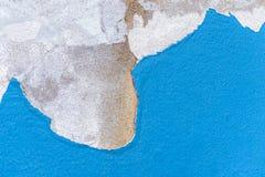 Peignez éplucher les murs de plâtre, la peinture abrasive de la maison en raison du soleil et la pluie, humidité photographie stock libre de droits